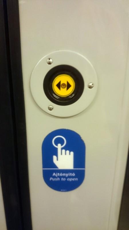 Сезам, откройся! Пока не нажмешь кнопку, дверь в метро не откроется