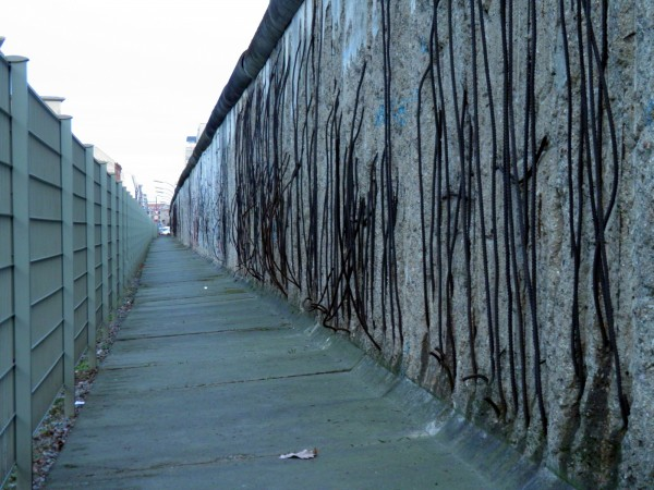 Когда-нибудь от этих стен остануться только обломки...